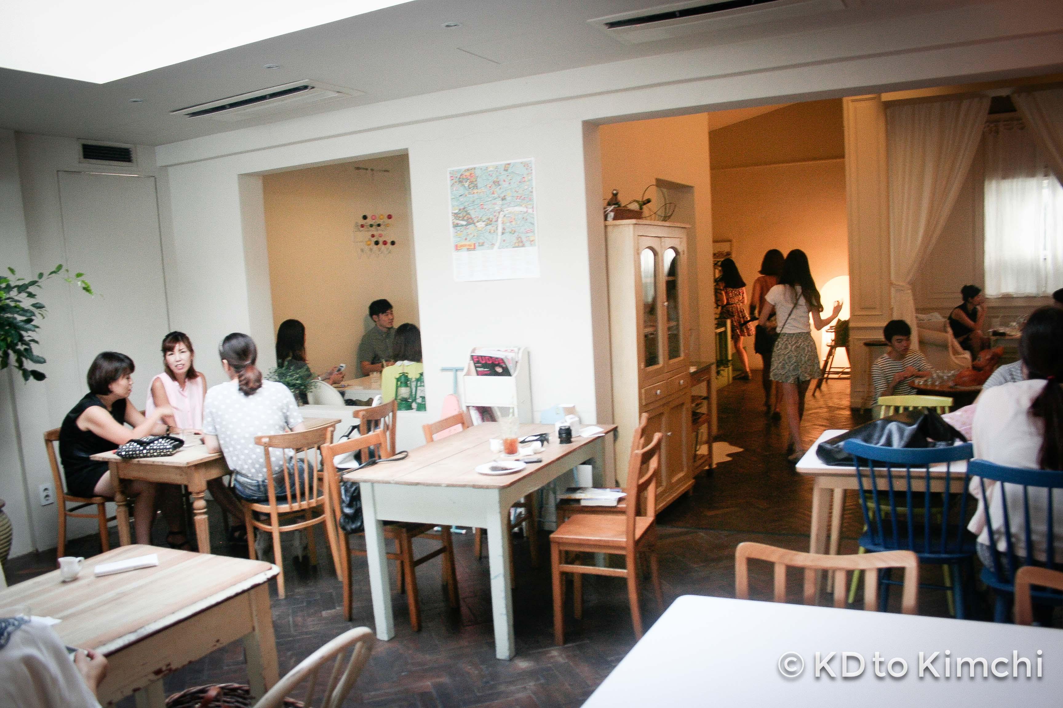 Café Oui in Garosugil (카페 위 가로수길)
