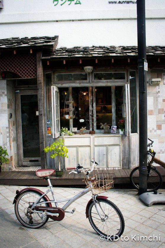 A bicycle outside a cafe